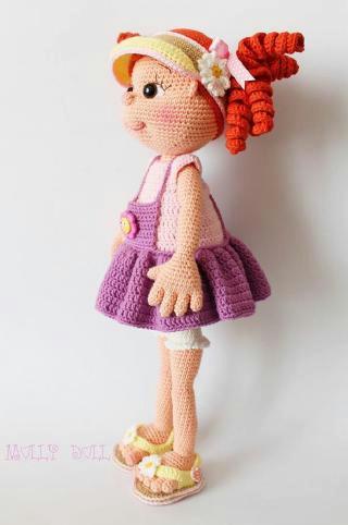 Вязаная кукла в сандалиях и кепке